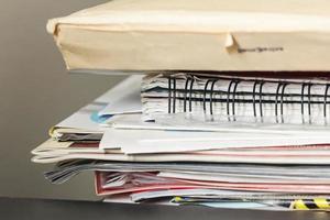 pilha de revistas e papéis foto