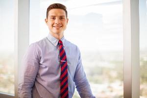 jovem empresário sorrindo foto