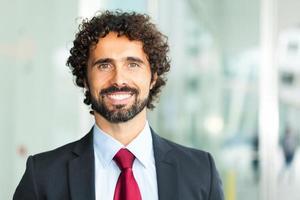 retrato de homem de negócios sorridente bonito foto