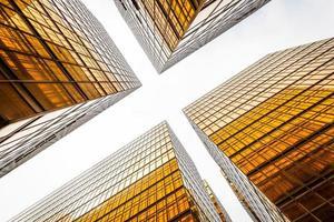 vista de ângulo baixo do arranha-céu moderno exterior e céu foto