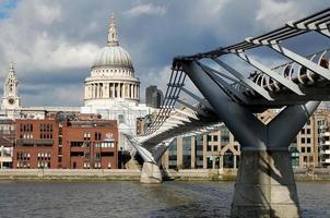 ponte do milênio com a catedral de st pauls atrás foto