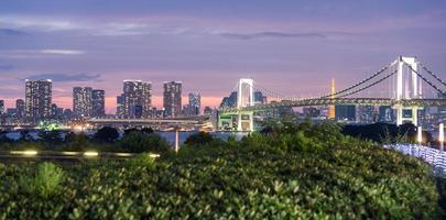 ponte do arco-íris e skyline de Tóquio de odaiba, visão noturna