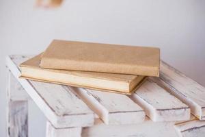 livros antigos vintage no deck de madeira foto
