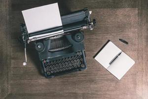 velha máquina de escrever e notebook vista superior estilo retro foto