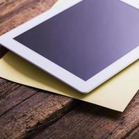 tablet digital moderno em branco com papéis e caneta