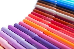 lápis coloridos em uma linha foto