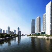 edifícios modernos na cidade urbana na margem do rio foto
