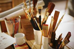 ferramentas de pintores no local de trabalho foto