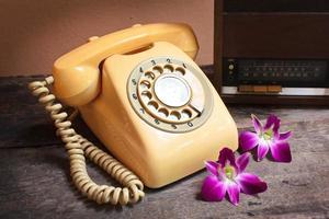 rádio antigo e telefone retro. foto