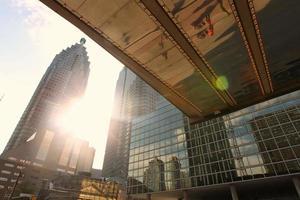 edifício do canadá, fotografado de uma perspectiva de ângulo baixo foto