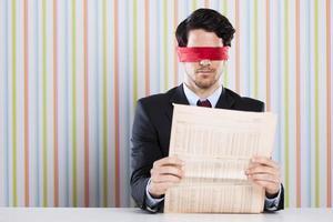 cego lendo um jornal foto