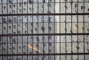 parede de vidro ao redor da cidade em hong kong foto