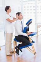 empresário tendo massagem na cabeça foto