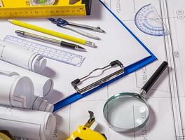 ferramentas de arquiteto na planta foto