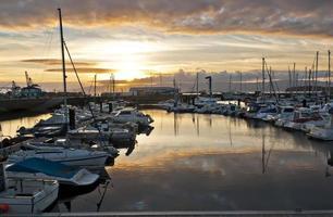 pôr do sol na marina foto