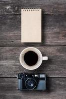 bloco de notas café e câmera foto