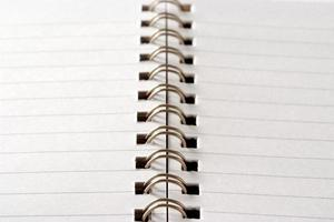 close-up de caderno espiral em branco aberto foto