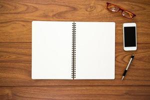 diário em branco sobre fundo de madeira foto