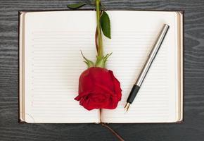caderno em cima da mesa foto