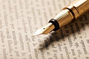 caneta-tinteiro em um livro foto