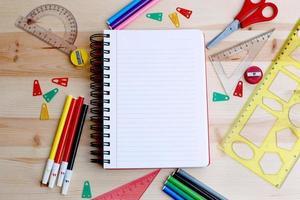 calendário e vários artigos de papelaria foto