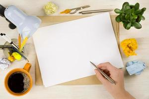 mão desenhando no papel. criação de negócios ou conceito de cérebro foto