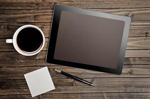 tela vazia de tablet com xícara de café foto