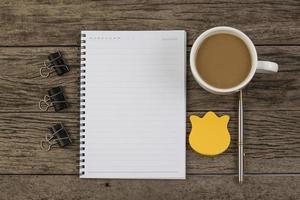 caderno em branco com caneta e lápis na mesa de madeira,