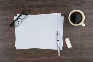 papel, óculos de régua de borracha e caneta de desenho com café foto