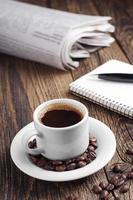 xícara de café e jornal foto