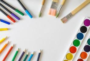 moldura redonda de pincéis, canetas de feltro, tintas aquarela, lápis