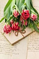 tulipas cor de rosa suaves, velhas cartas de amor e cartões
