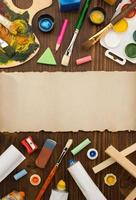 suprimentos de tinta e pincel sobre madeira foto