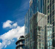reflexão de edifícios comerciais em fachadas de vidro, frankfurt, ge foto