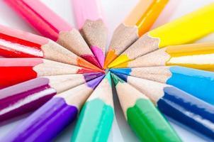 muitos lápis de cor diferentes.