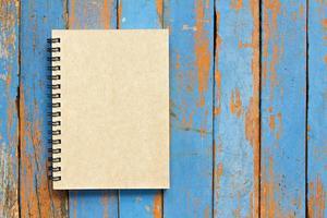 caderno marrom com fundo de madeira foto