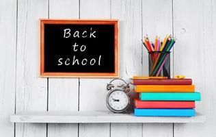 de volta à escola. quadro, Armação. livros e ferramentas escolares. foto