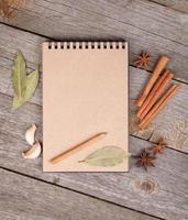 bloco de notas em branco na mesa de madeira foto