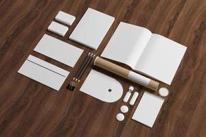 artigos de papelaria em branco sobre fundo de madeira
