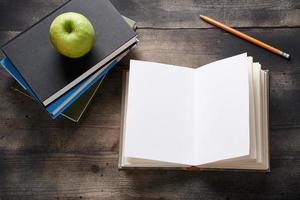 caderno aberto na mesa de madeira foto