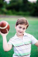 retrato de um garoto segurando uma bola de futebol. foto