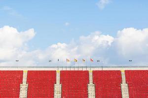 assentos vazios em um estádio de futebol com bandeiras foto