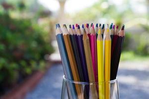 variedade de lápis de cor foto