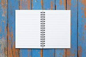 página do caderno em fundo de madeira foto