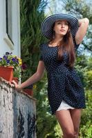 menina elegante com um chapéu de verão ao ar livre foto