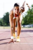 velocista feminina se preparando para a corrida foto
