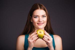 mulher segurando maçã foto