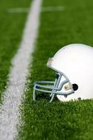 capacete de futebol americano em campo foto