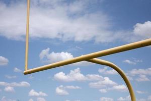 postes de gol de campo de futebol foto