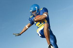 jogador de futebol em ação do jogo foto